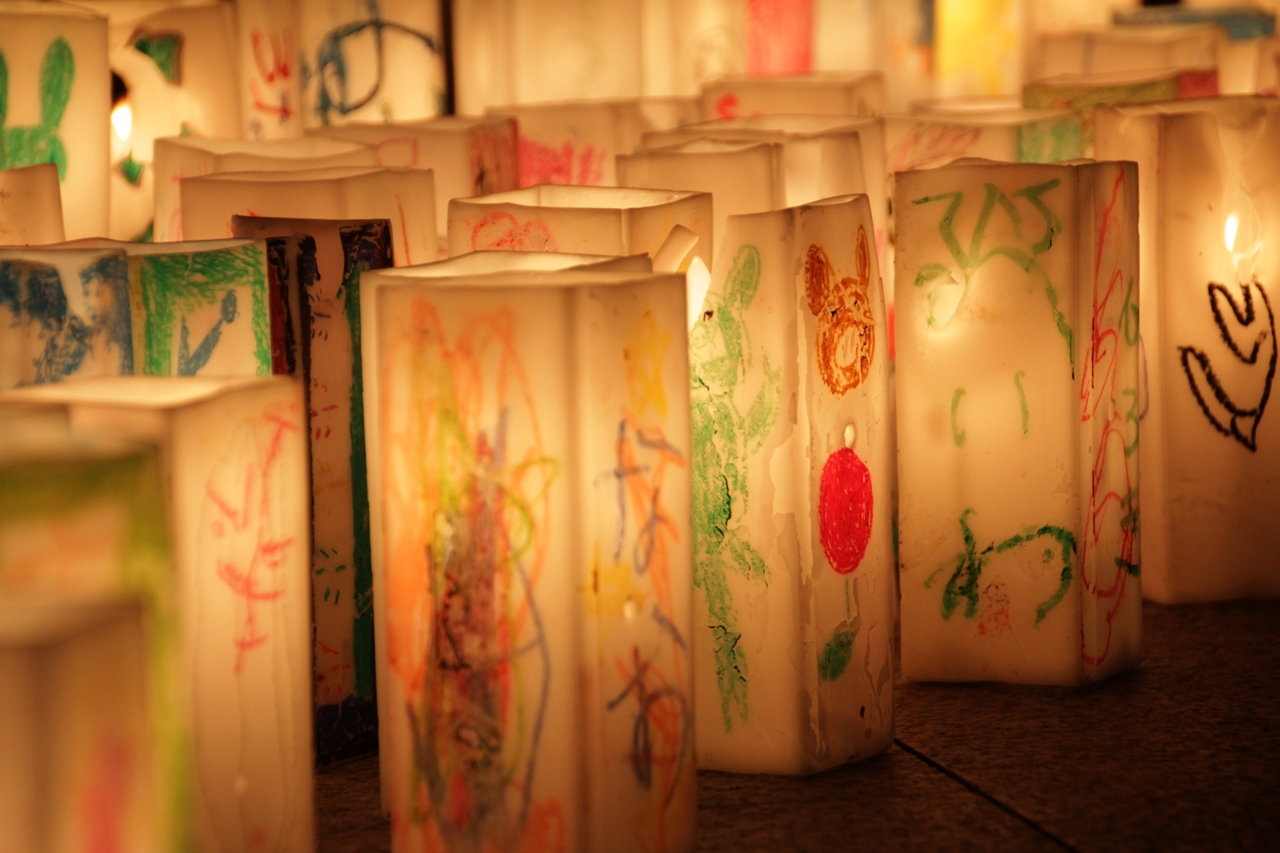 Photograph of memorial lanterns at the Japanese memorial of the Hiroshima bombing, August 6th, 2014. By Vanvelthem Cédric (Own work) [CC BY-SA 4.0], via Wikimedia Commons